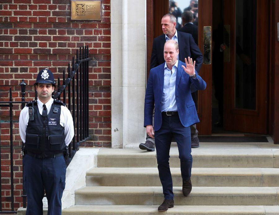 Le prince William quitte la maternité, où a accouché Kate, lundi 23 avril, pour aller chercher George et Charlotte.