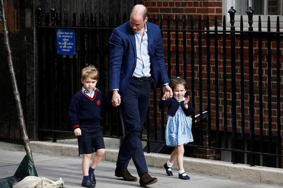 Le prince William emmèneGeorge et Charlotte rencontrer leur petit frère àla maternité où a accouché Kate, lundi 23 avril.