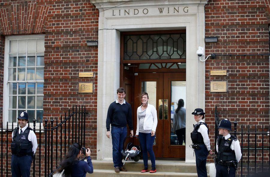 Un couple quitte la Lindo Wing après la naissance de son enfant, alors queKate a été admise à la maternité le matin même, 23 avril 2018...