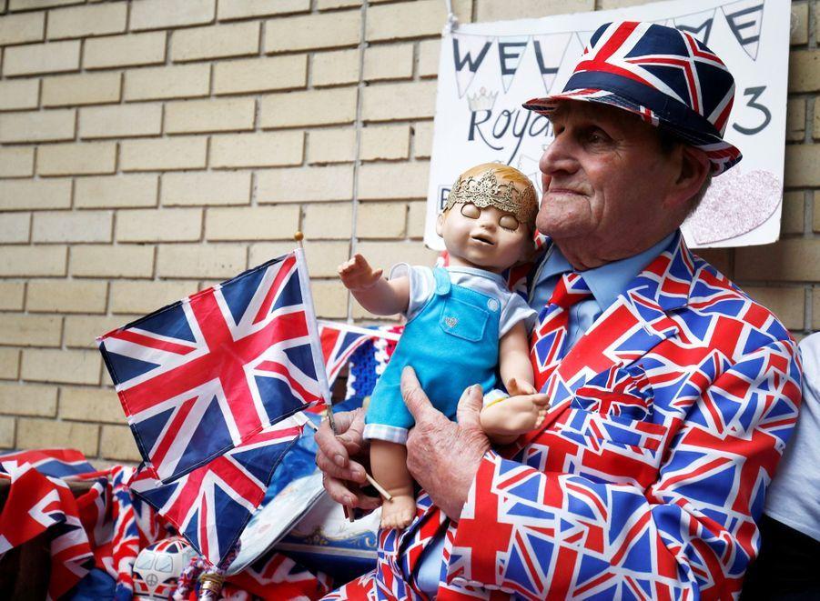 Kate a été admise à la maternité, tôt le 23 avril 2018, et les fans attendent la naissance du troisième royal bébé devant la Lindo Wing.