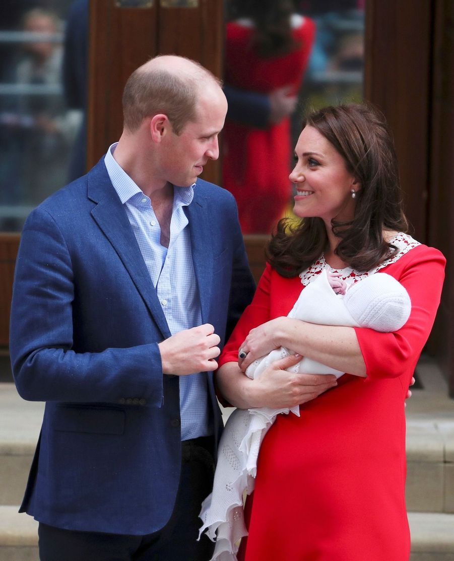 Kate Middleton et le prince William quittent la maternité avec le royal bébé, lundi 23 avril en fin de journée...