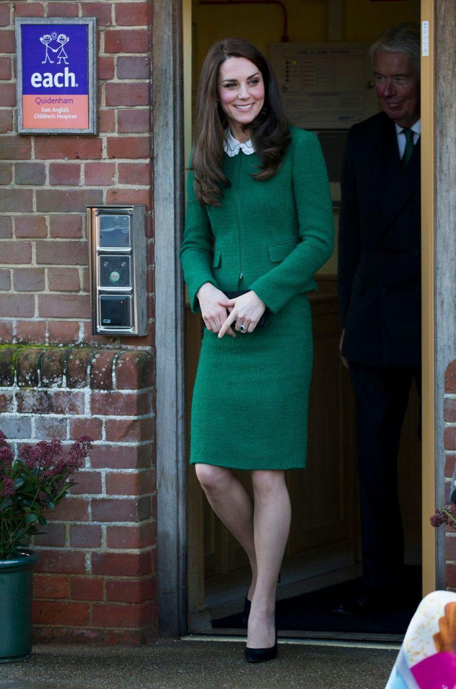 La duchesse de Cambridge, née Kate Middleton, porte une blouse Gérard Darel à Quidenham le 24 janvier 2017
