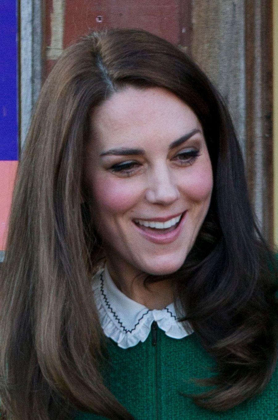 Détail du col de la blouse Gérard Darel de la duchesse de Cambridge, née Kate Middleton, à Quidenham le 24 janvier 2017