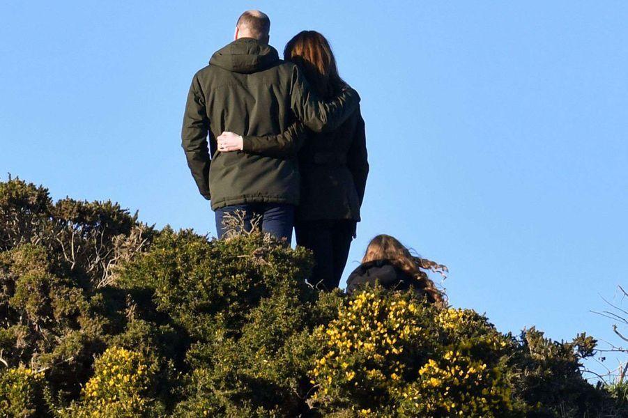 Kate Middleton et le prince William se promènent surHowth Cliff, un sentier avec une vue imprenable sur la mer d'Irlande, le 4 mars 2020