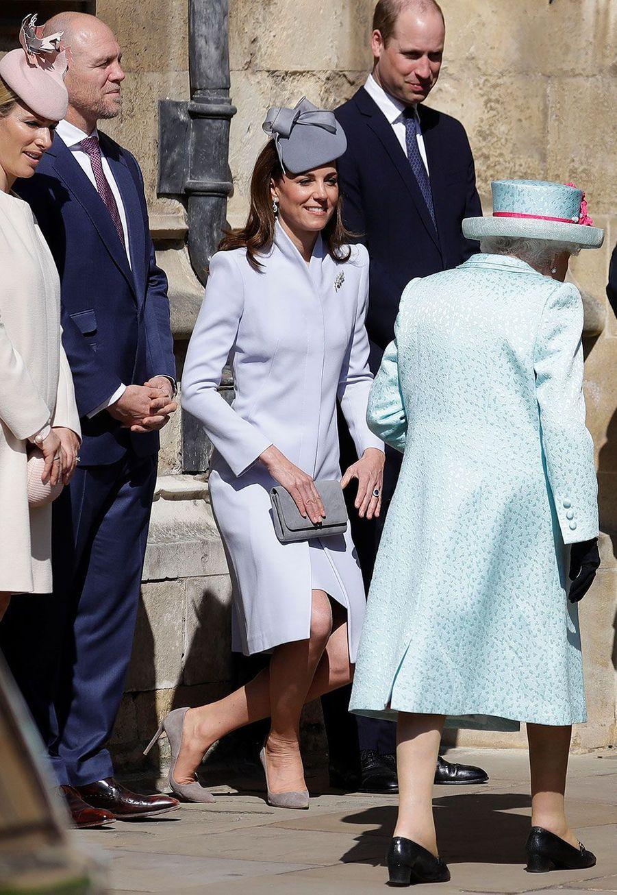 Kate Middleton faisant une révérence à Elizabeth II