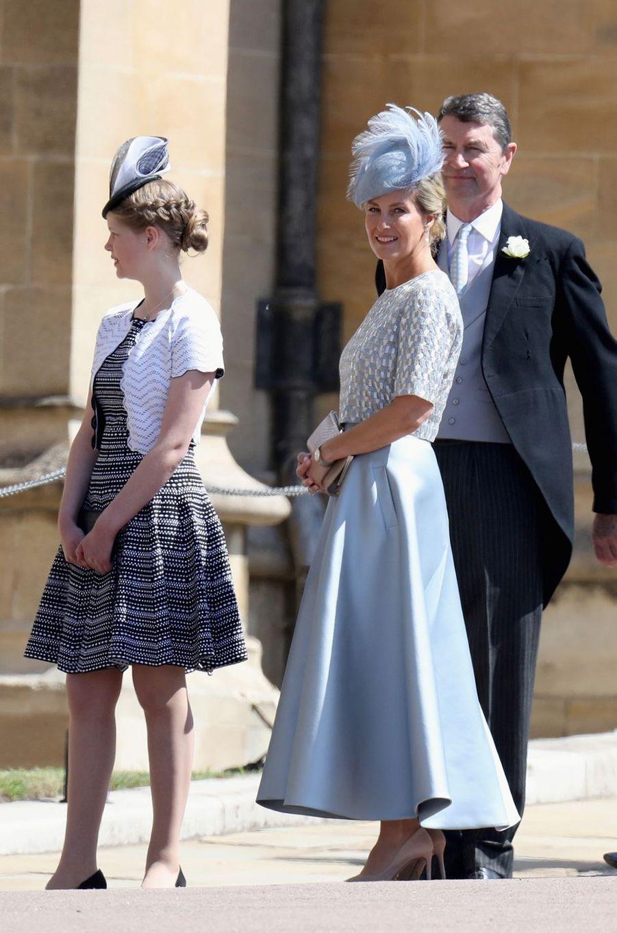 La comtesse Sophie de Wessex,coiffée d'un chapeau de Jane Taylor, et sa fille Lady Louise Windsor, le 19 mai 2018