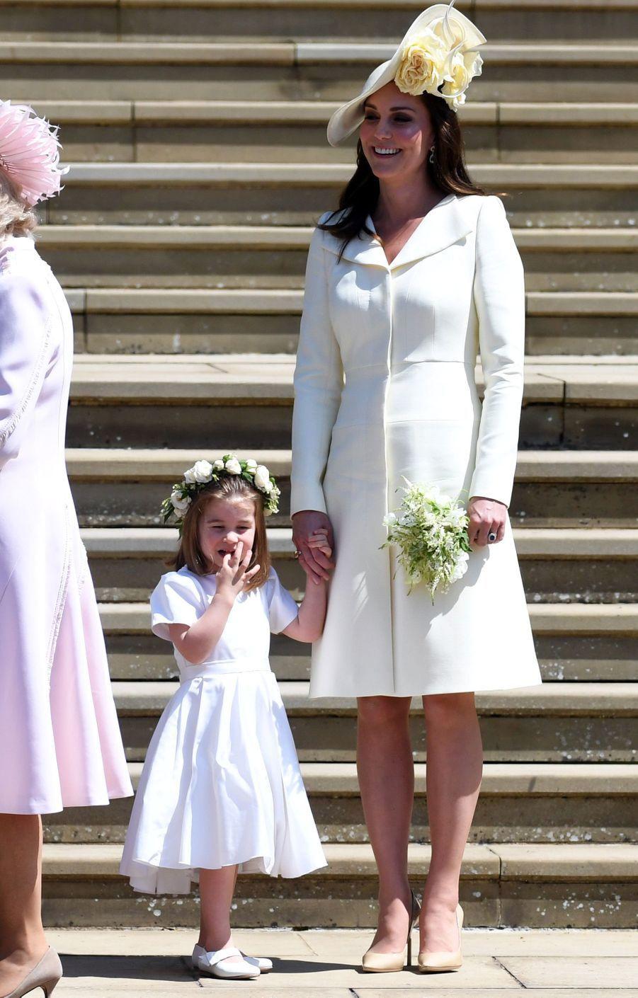 La duchesse Catherine de Cambridge, dans une robe-manteau Alexander McQueen, et la princesse Charlotte, le 19 mai 2018