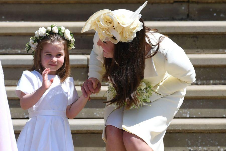 La duchesse Catherine de Cambridge,coiffée d'un chapeau de Philip Treacy, et la princesse Charlotte, le 19 mai 2018