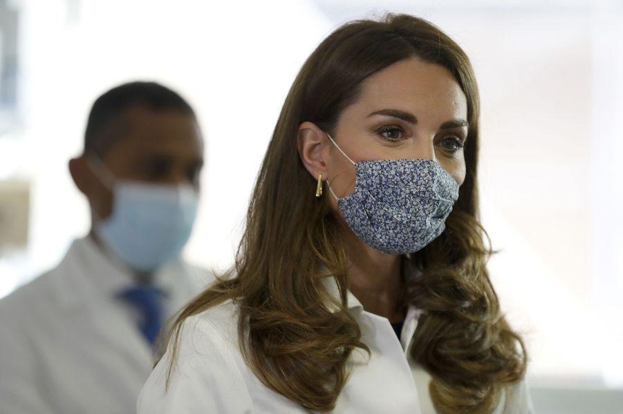 Kate Middleton en blouse blanche pour une visite dans des laboratoires