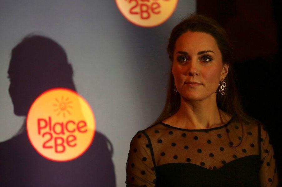 Kate Middleton enceinte affiche son ventre de future maman au palais de Kensington à Londres, le 19 novembre 2014