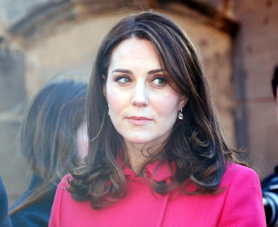 Kate Middleton Enceinte Cache Son Ventre Rond Sous Un Manteau Rose 10