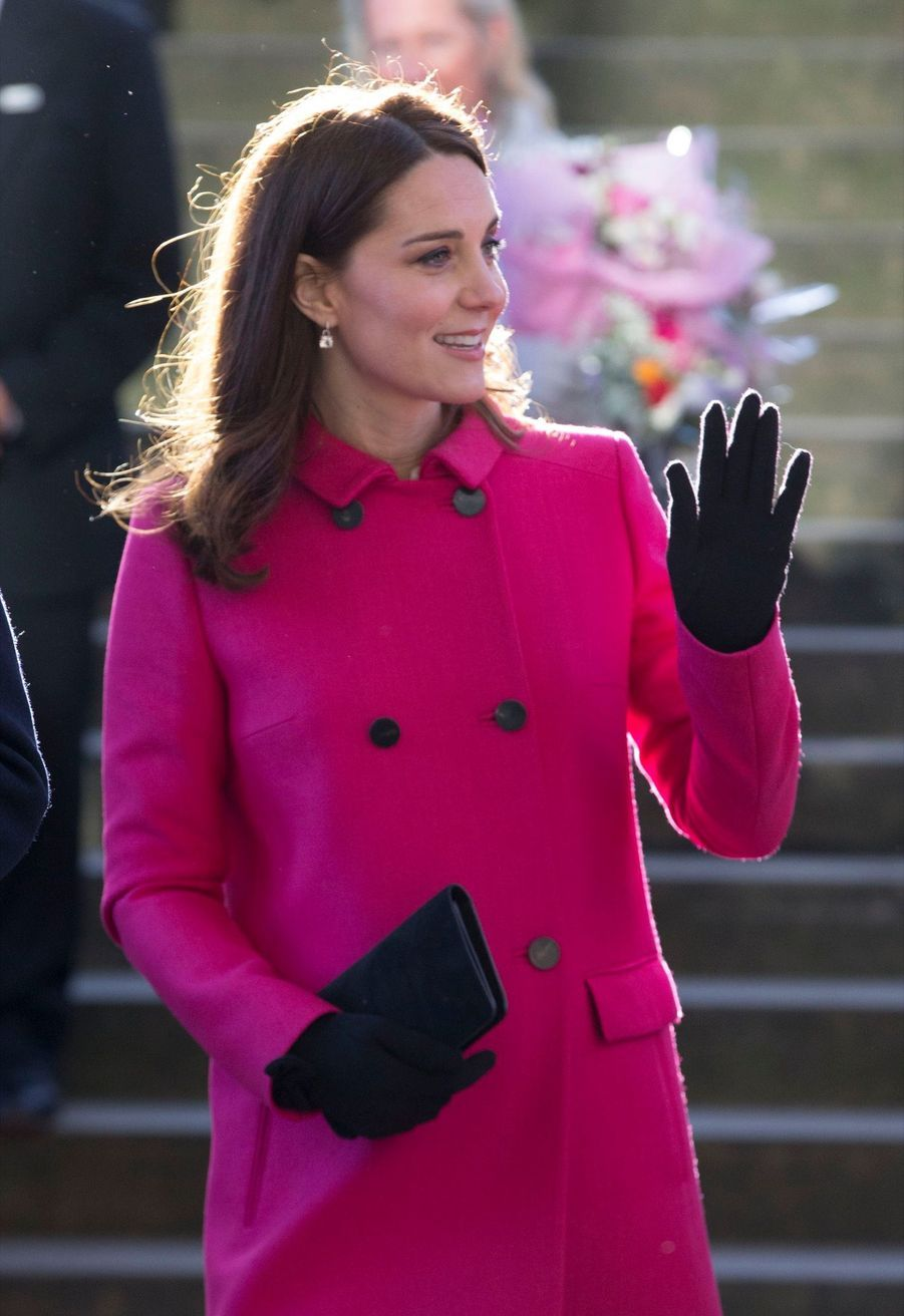Kate Middleton Enceinte Cache Son Ventre Rond Sous Un Manteau Rose 14
