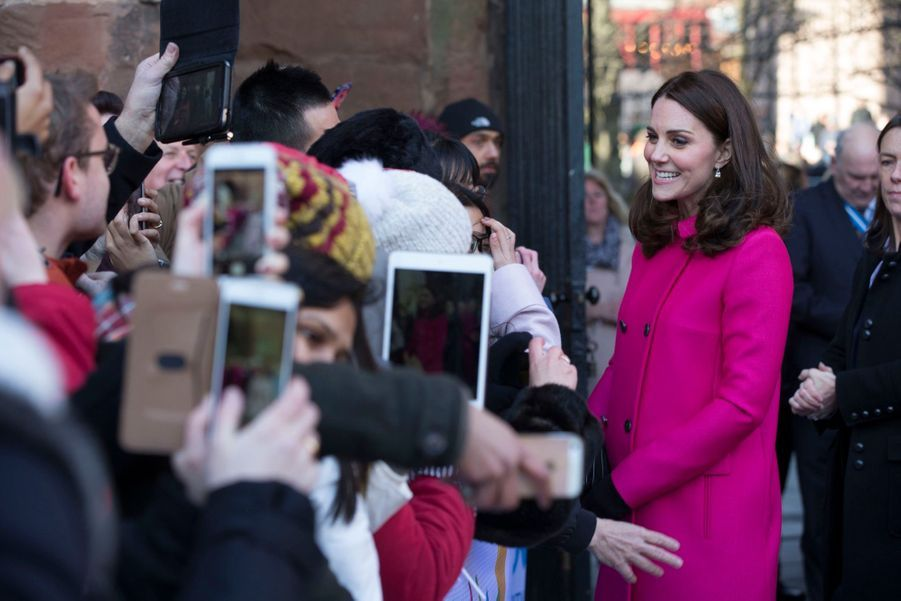 Kate Middleton Enceinte Cache Son Ventre Rond Sous Un Manteau Rose 20