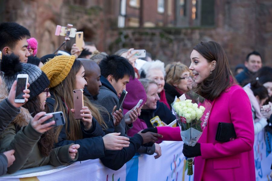 Kate Middleton Enceinte Cache Son Ventre Rond Sous Un Manteau Rose 21