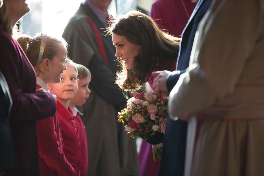 Kate Middleton Enceinte Cache Son Ventre Rond Sous Un Manteau Rose 23