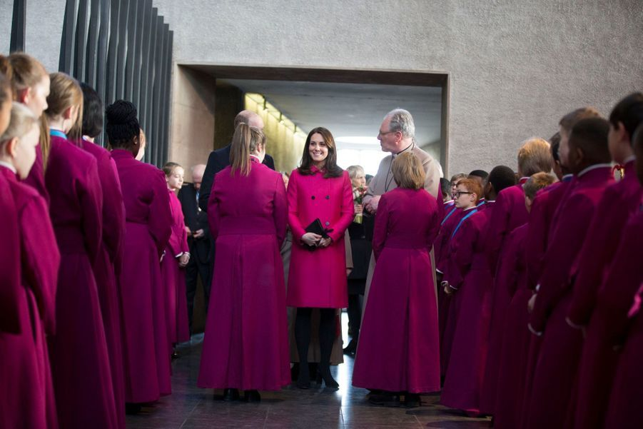 Kate Middleton Enceinte Cache Son Ventre Rond Sous Un Manteau Rose 25