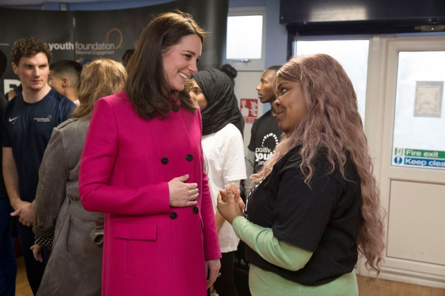 Kate Middleton Enceinte Cache Son Ventre Rond Sous Un Manteau Rose 33