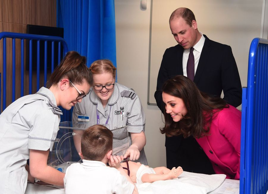 Kate Middleton Enceinte Cache Son Ventre Rond Sous Un Manteau Rose 8