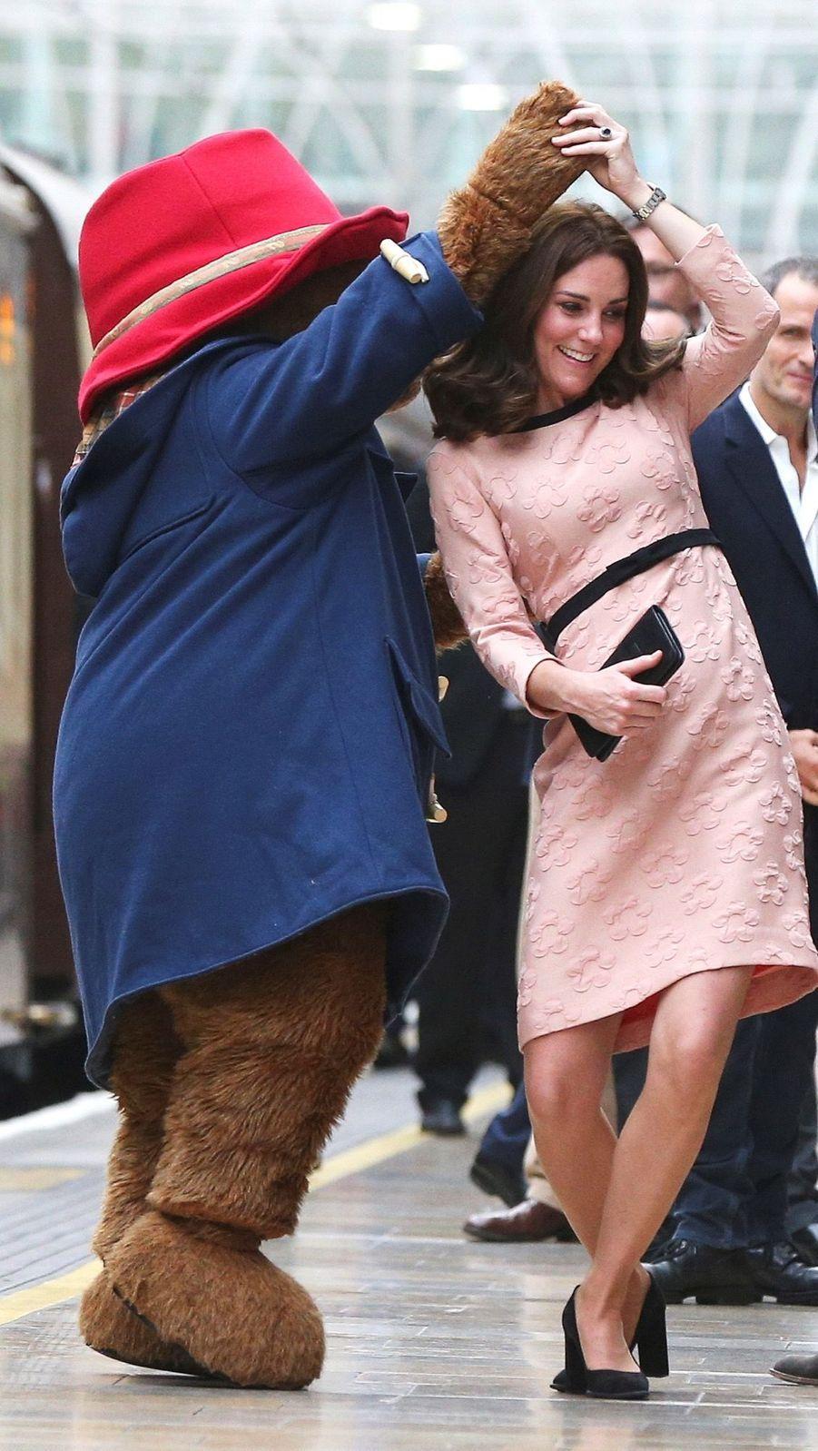 Kate Middleton Enceinte Danse Avec L'ours Paddington 14