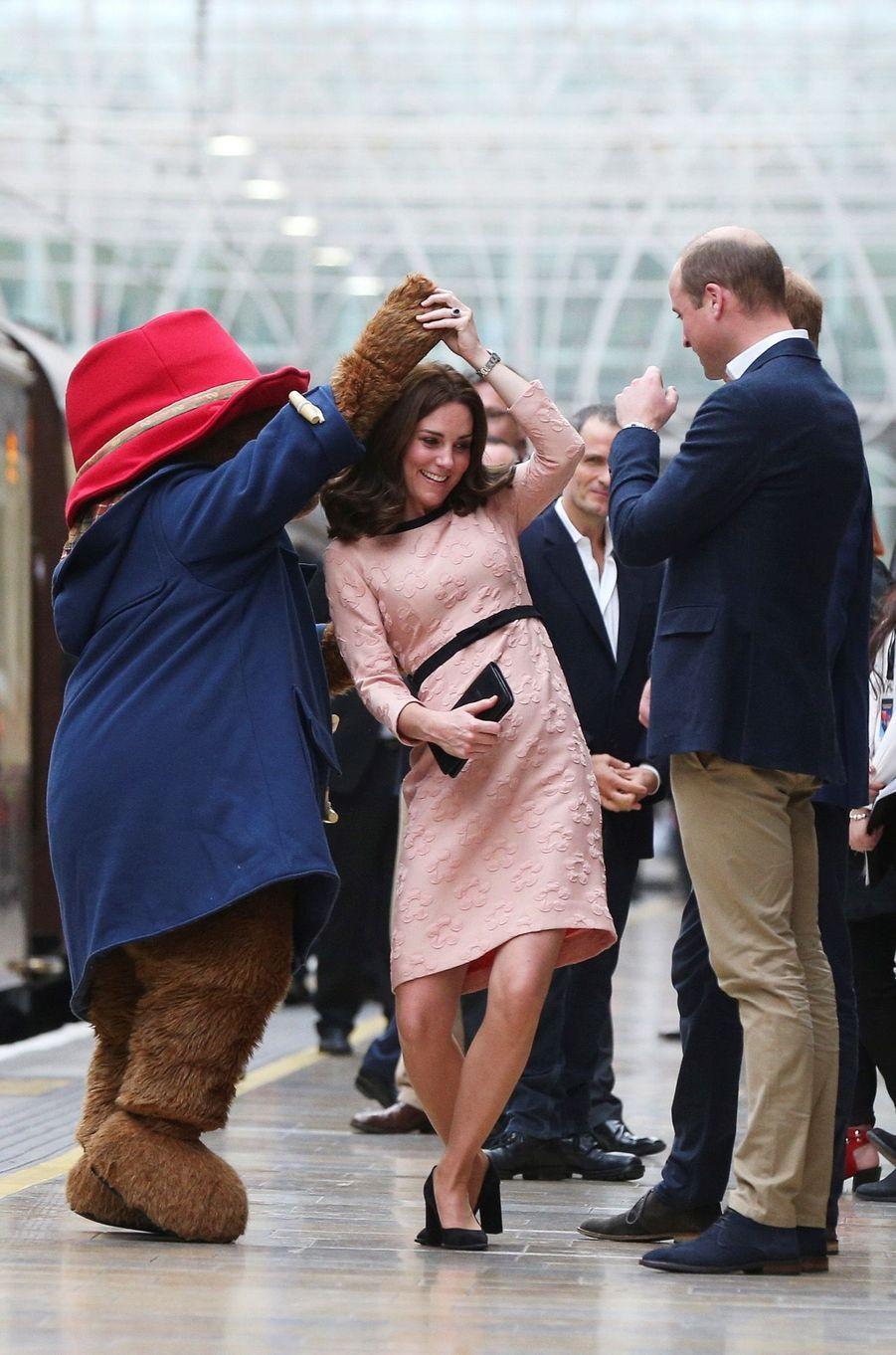 Kate Middleton Enceinte Danse Avec L'ours Paddington 16