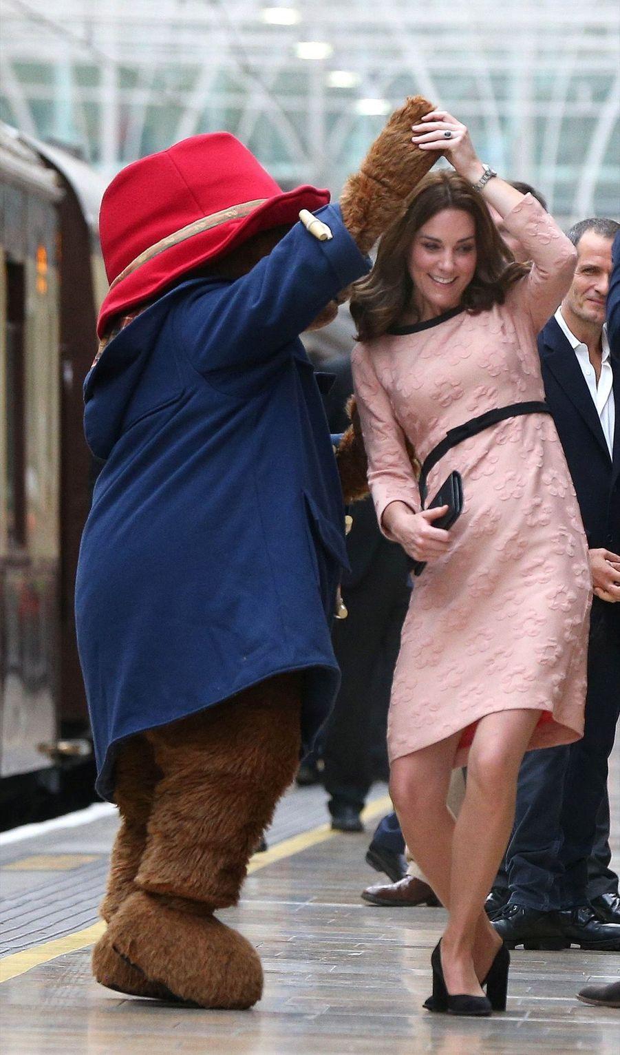 Kate Middleton Enceinte Danse Avec L'ours Paddington 19