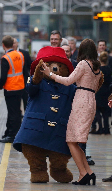 Kate Middleton Enceinte Danse Avec L'ours Paddington 32