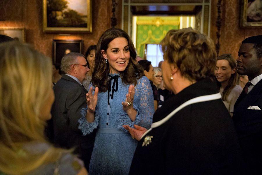 Kate Middleton enceinte, lors de sa première apparition en public après la révélation de sa troisième grossesse, le 11 octobre 2017 à Buckingham palace.