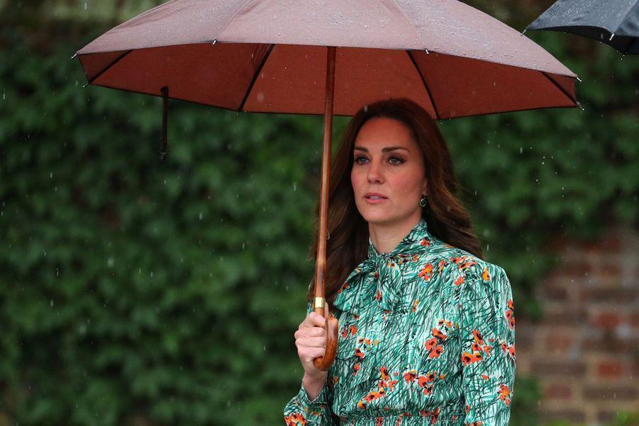 Kate Middleton enceinte, lors de sa dernière apparition en public avant la révélation de sa troisième grossesse, le 30 aout 2017 à Kensington palace.