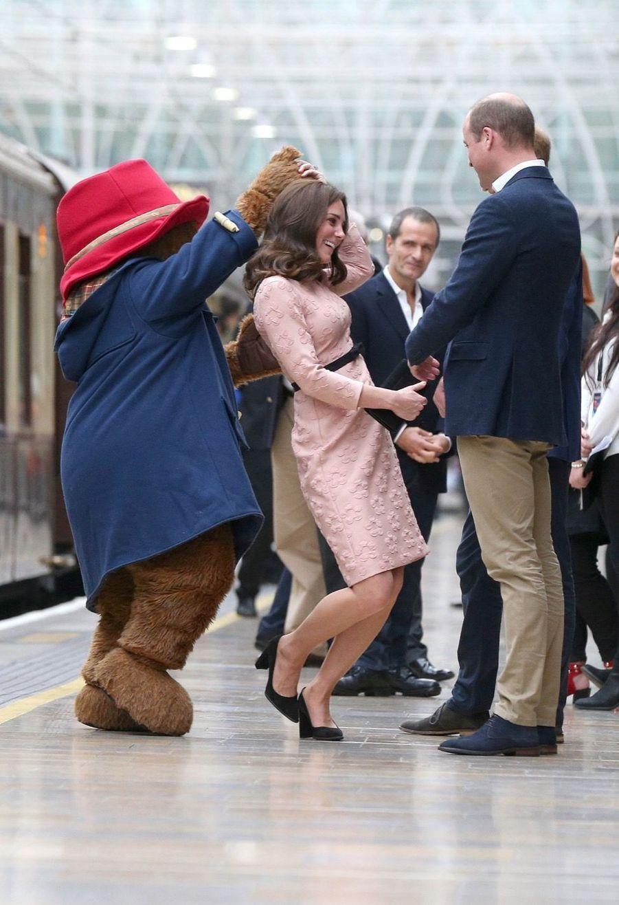 Kate Middleton, enceinte de son troisième enfant,danse avec l'ours Paddington, le 16 octobre 2017