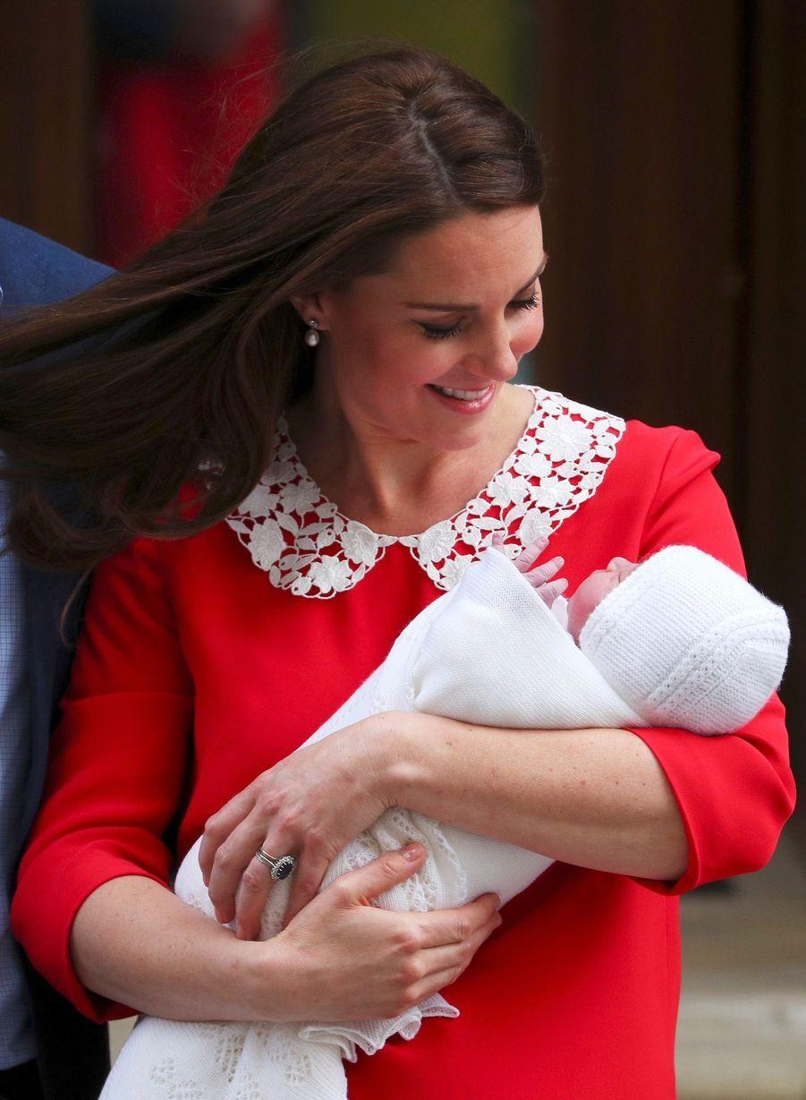 Kate Middleton Rayonnante À La Sortie De La Maternité 7