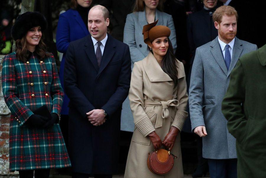Kate Middleton enceinte de son troisième enfant, avec William, Harry et Meghan, le 25 décembre 2017.