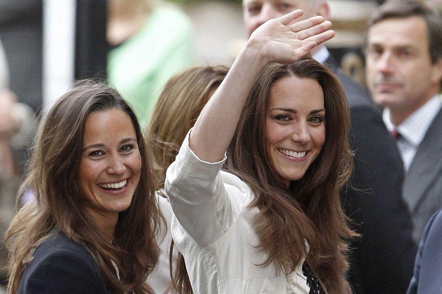 Kate Middleton et sa soeur Pippa, devant le Goring, le 28 avril 2011.