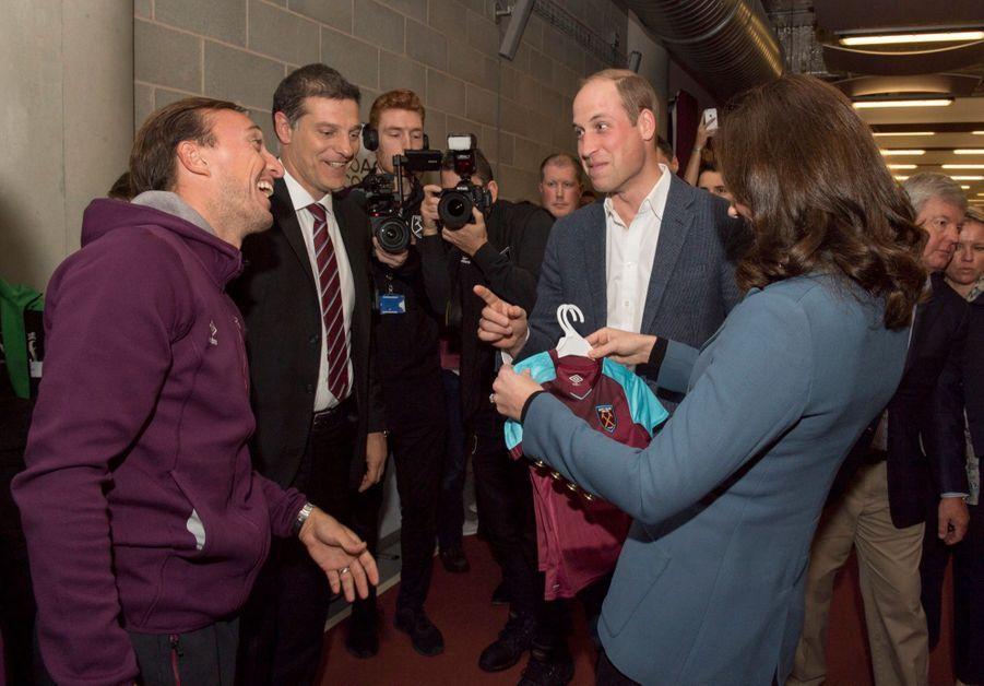Kate, William Et Harry En Visite Au Stade De West Ham United 16