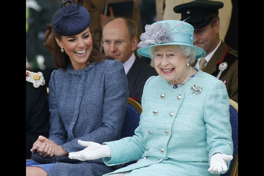 Kate et la reine Elizabeth II, en visite à Nottingham, le 13 juin 2012