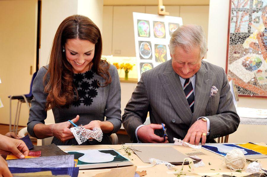 Kate et le prince Charles, en visite dans une association en mars 2012