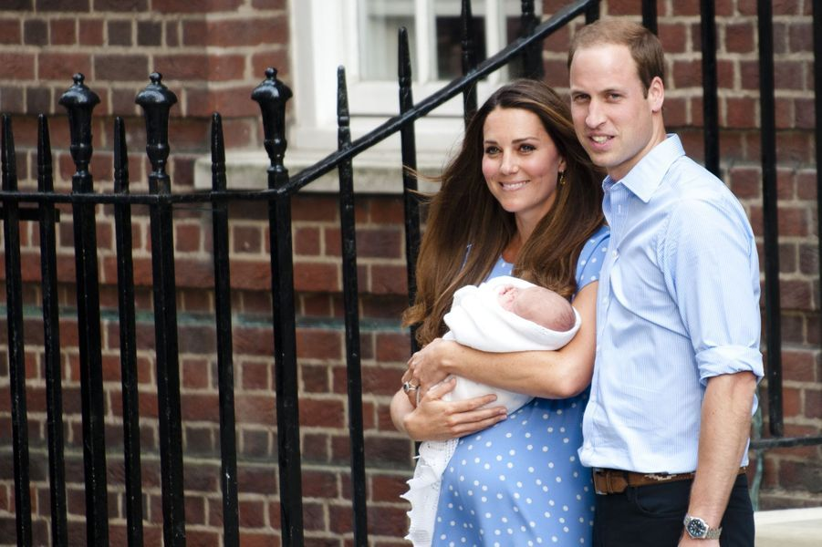 Kate et William à la sortie de la maternité après la naissance du prince George, en juillet 2013