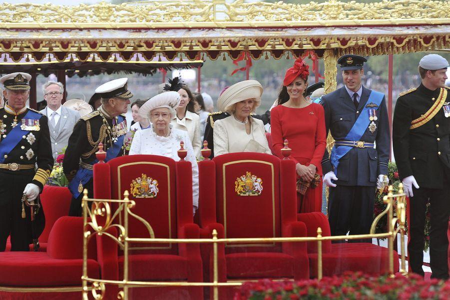 Kate et William avec la famille royale pour la parade sur la Tamise, lors du Jubilé de la reine Elizabeth, en juin 2012