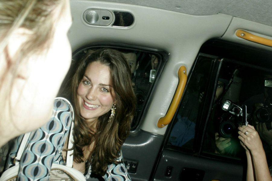 Kate Middleton, alors sépatée de William, sort de boite de nuit à Londres, en avril 2007