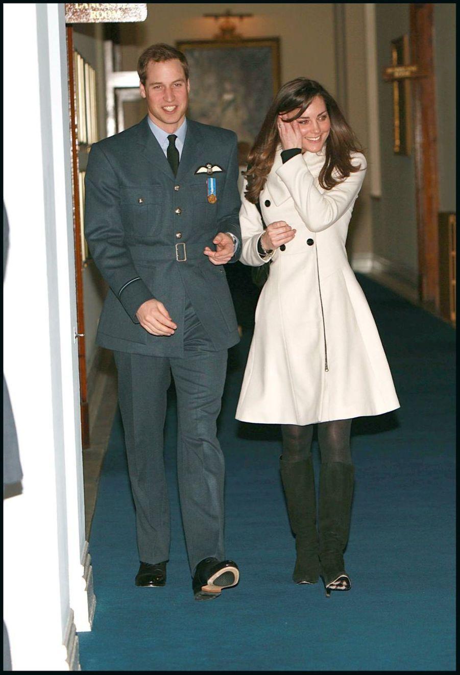 """Kate Middleton, avec le prince William recevant ses """"ailes"""" de la RAF, en avril 2008"""