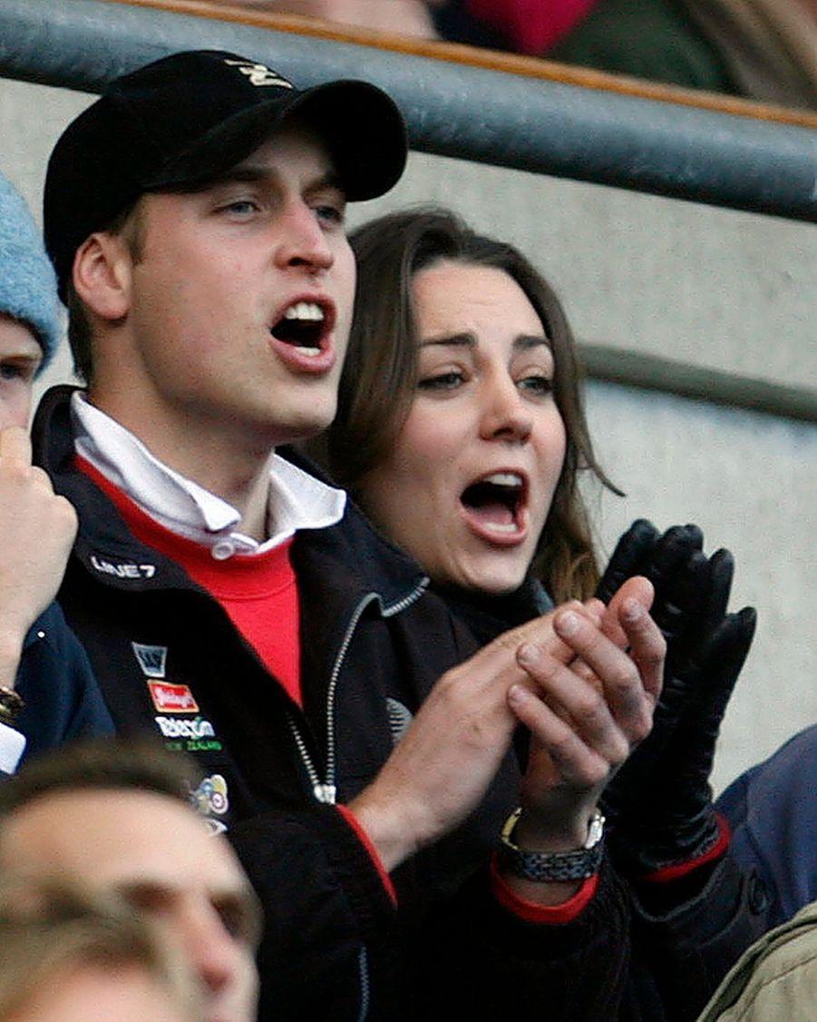 Kate Middleton et le prince William lors de l'une de leurs premières apparitions publiques, pour un match de rugby à Twickenham en février 2007
