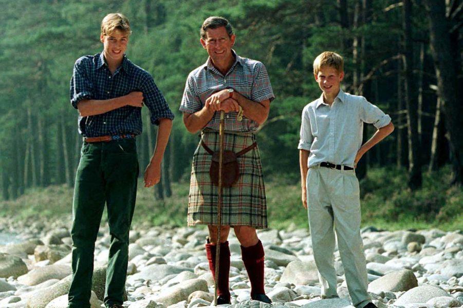 Le prince William, avec son frère Harry et son père Charles, le 12 août 1997, 19 jours avant la mort de Diana.