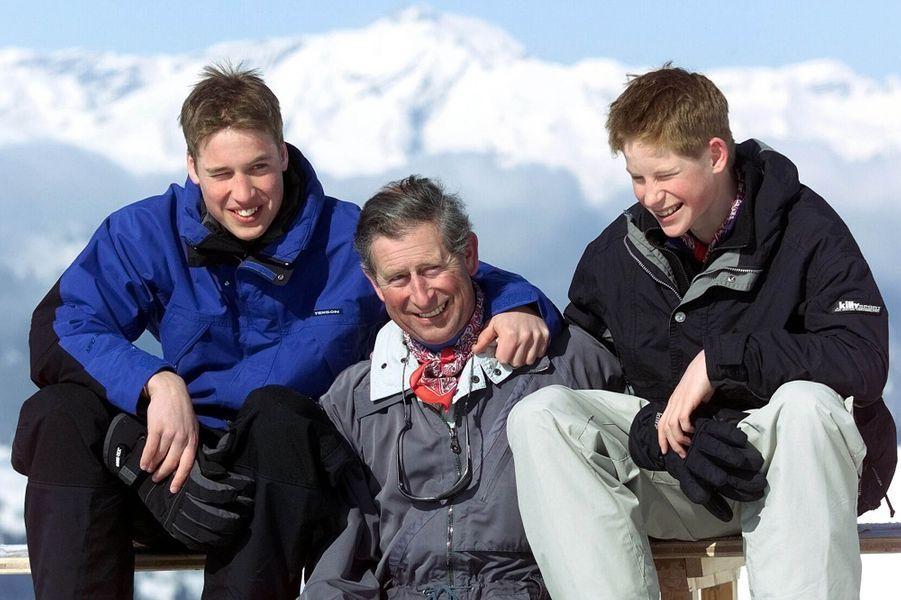 Le prince William, avec son frère Harry et son père Charles, le 6 avril 2000
