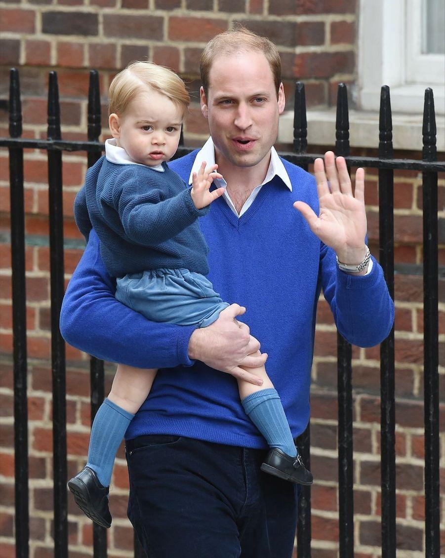 Le prince William emmène George voir Kate et Charlotte après la naissance de la petite princesse le 2 mai 2015