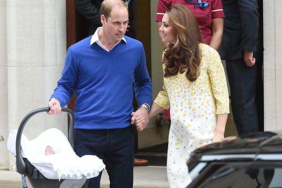 Le prince William et Kate à la sortie de la maternité avec Charlotte, après la naissance de la petite princesse le 2 mai 2015