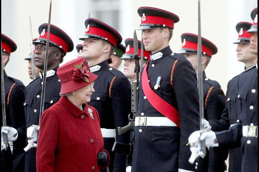 Le prince William et la reine Elizabeth lors de la parade de l'école militaire de Sandhurst, en décembre 2006