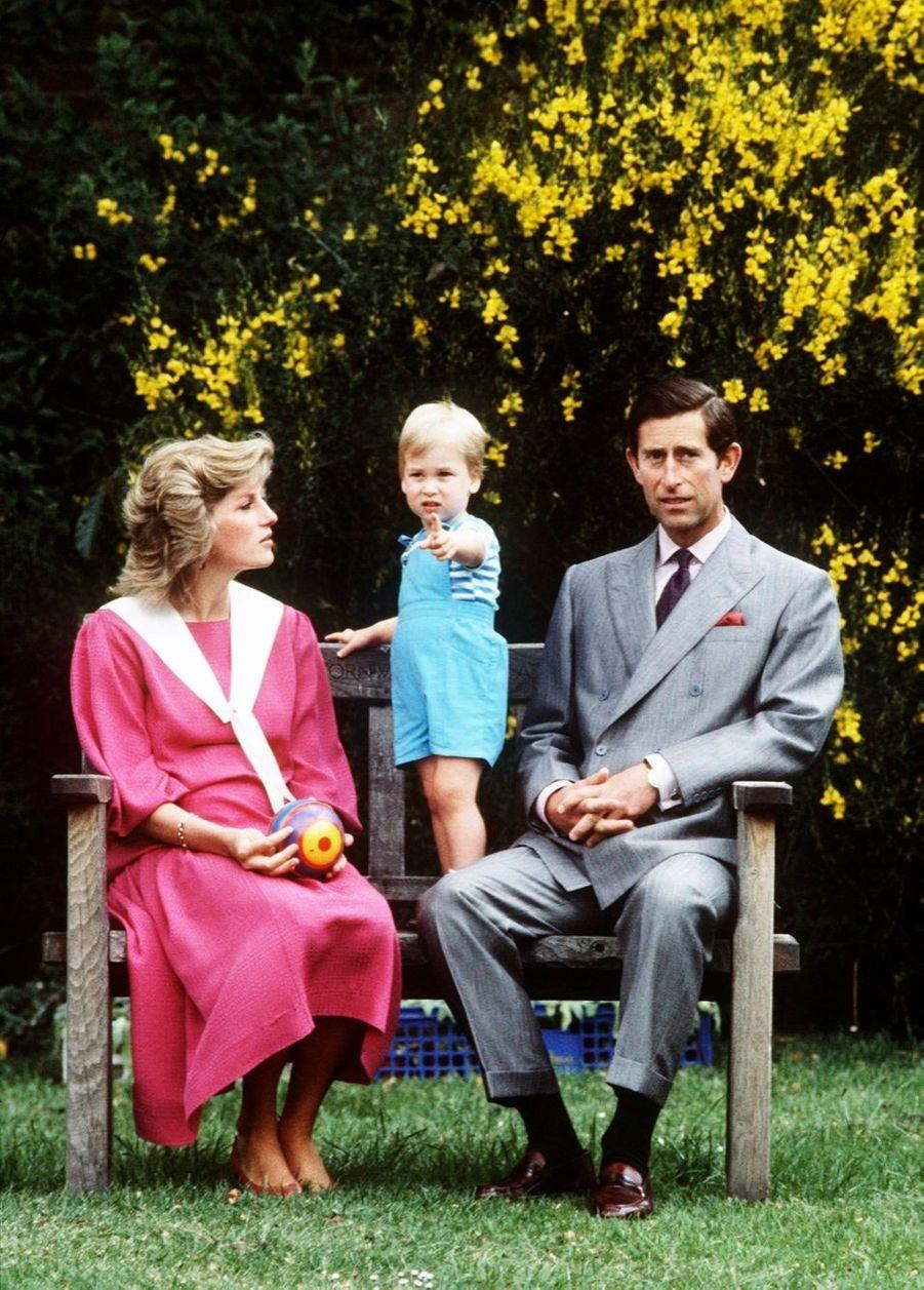 Le prince William, séance photo à Kensington avec Diana et Charles, le 12 juin 1984