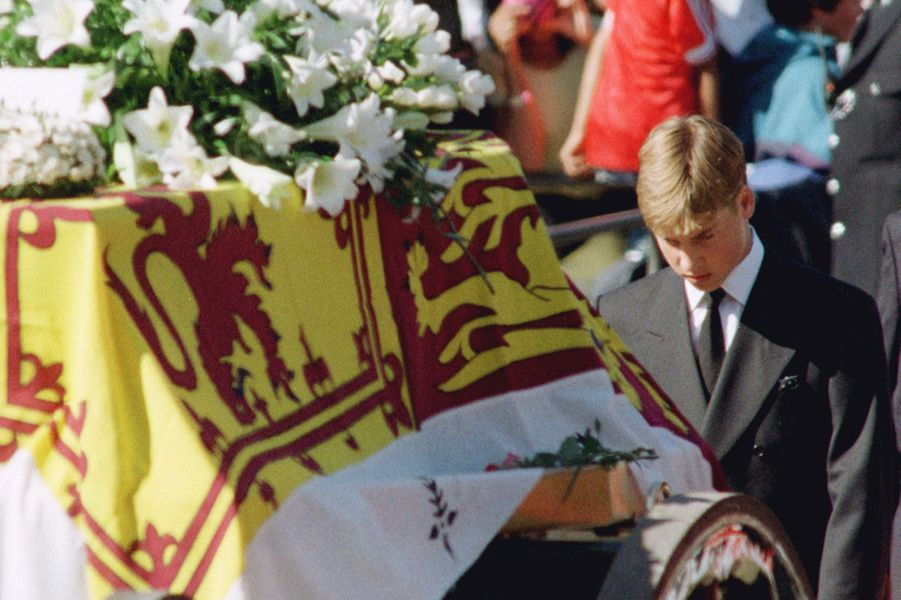 Le prince William suivant le cercueil de sa mère Diana, le 6 septembre 1997
