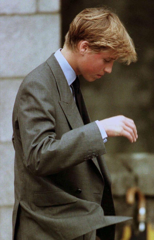 Le prince William verse une larme, après avoir vu les fleurs laissées par le public à Balmoral, le 4 septembre 1997