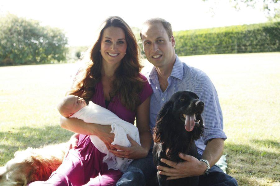 Première photo de Kate, William et George (et le chien Lupo), prise par Michael Middleton en août 2013