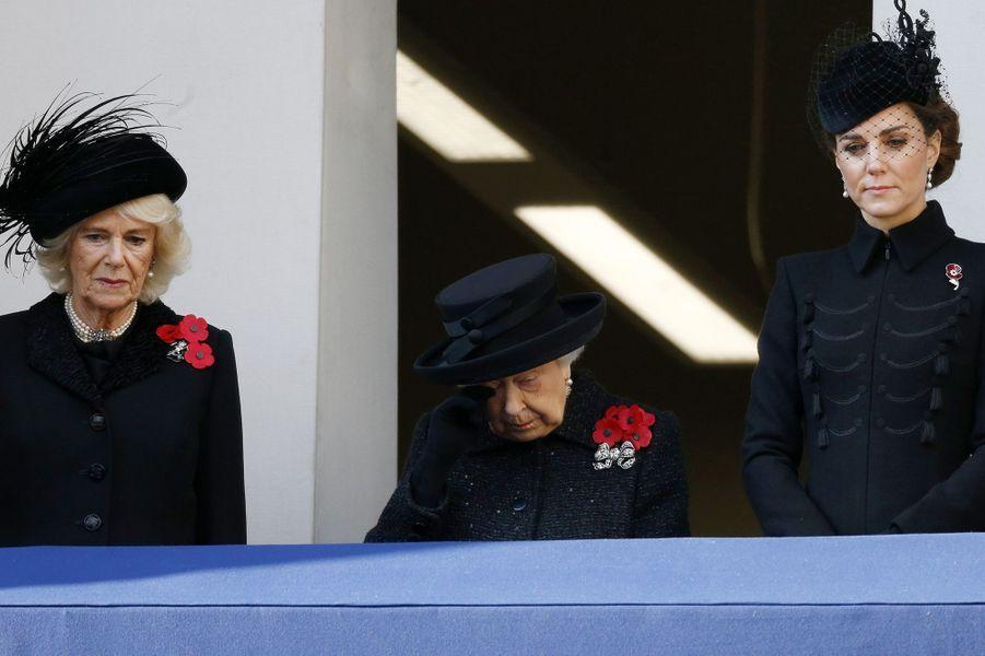 Elizabeth II apporte son soutien au prince Harry et Meghan Markle